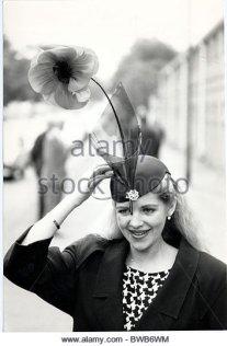 vanessa-davis-in-her-poppy-hat-at-ascot-horse-racing-at-ascot-in-1985-bwb6wm