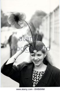 vanessa-davis-in-her-poppy-hat-at-ascot-horse-racing-at-ascot-in-1985-bwb6wm